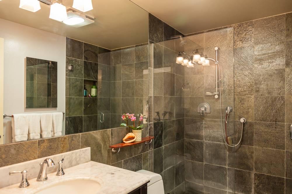 granitowe ściany w łazience
